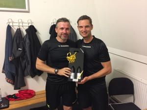Superligadommer Anders Poulsen overrækker jubilæumsrødvin til Henrik Sønderby